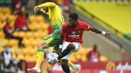 Gelandang Manchester United, Fred, berebut bola dengan pemain Norwich City, Emi Buendia, pada laga Piala FA di Carrow Road, Norwich, Sabtu (27/6/2020). Manchester United menang 2-1 atas Norwich City. (AP/Emi Buendia)
