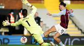 Penyerang Aston Villa, Jack Grealish, berusaha mencetak gol ke gawang Fulham pada laga lanjutan Liga Inggris di Craven Cottage, Selasa (29/9/2020) dini hari WIB. Aston Villa menang 3-0 atas Fulham. (Will Oliver/Pool via AP)