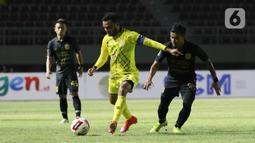 Pemain Barito Putra Rizky Pora berebut bola dengan pemain PSIS Semarang Komarudin pada laga Piala Menpora di Stadion Manahan, Solo, Minggu (21/3/2021). Pertandingan berakhir dengan skor 3-3. (Bola.com/M Iqbal Ichsan)