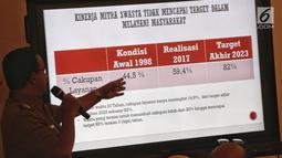 Gubernur DKI Jakarta Anies Baswedan memberi keterangan terkait pengambilalihan pengelolaan air, Gedung Balai Kota Jakarta, Senin (11/2). Pengambilalihan pengelolaan air dari pihak swasta ini untuk memperluas cakupan akses air. (Liputan6.com/Faizal Fanani)