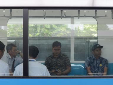 Sejumlah penumpang mengikuti uji coba publik Mass Rapid Transit (MRT) di Jakarta, Selasa (12/3). MRT Jakarta mulai beroperasi secara gratis pada hari ini. (merdeka.com/Imam Buhori)