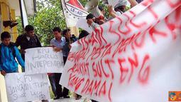Citizen6, Sulawesi: Puluhan massa yang tergabung dalam lingkar studi aksi dan demokrasi indonesia (LS-ADI) Sulawesi Tenggara menggelar orasi di halaman kantor komisi pemilihan umum (KPU), Senin (4/4). (Pengirim: Nanang Kurniawan)