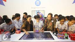 Head of Public Policy Google Indonesia Shinto Nugroho (tengah) bersama Direktur Pelestarian Cagar Budaya Permuseuman Harry Widianto (ketiga kanan) saat peluncuran Art Camera dan Google Cardboard, Jakarta, Kamis (27/10). (Liputan6.com/Immanuel Antonius)