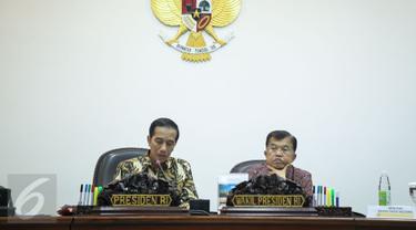 Presiden Joko Widodo (Jokowi) bersama Wakil Presiden Jusuf Kalla memimpin rapat terbatas di Kantor Presiden, Jakarta, Rabu (16/12). Rapat itu membahas penanganan radikalisme dan persiapan Hari Raya Natal serta Tahun Baru 2016. (Liputan6.com/Faizal Fanani)