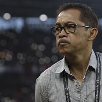 Pelatih Persela, Aji Santoso, usai melawan Persija pada laga Liga 1 di SUGBK, Jakarta, Selasa (20/11). Persija menang 3-0 atas Persela. (Bola.com/Vitalis Yogi Trisna)