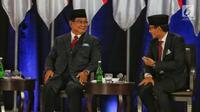 Capres dan Cawapres nomor urut 02 Prabowo Subianto-Sandiaga Uno berbincang sebelum memulai Debat Pilpres 2019 kelima di Jakarta, Sabtu (13/4). Debat kelima merupakan debat terakhir yang mengambil tema Ekonomi, Kesejahteraan Sosial, Keuangan dan Investasi. (Liputan6.com/Johan Tallo)