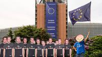 Seorang demonstran beraksi terkait skandal kebocoran data Facebook di markas Parlemen Eropa di Brussel, Belgia, Selasa (22/5). Parlemen Eropa memperingatkan Facebook bahwa peraturan di Eropa lebih ketat ketimbang di AS. (AP Photo/Geert Vanden Wijngaert)