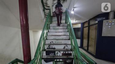 Warga beraktivitas di area Pasar Tebet Barat, Jakarta Selatan, Kamis (23/7/2020). PD Pasar Jaya Tebet Barat memasang stiker sosialisasi penggunaan Kantong Belanja Ramah Lingkungan (KBRL) dan larangan penggunaan kantong plastik di anak tangga area pasar. (Liputan6.com/JohanTallo)