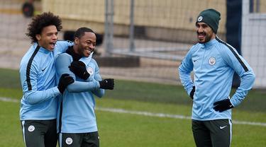 Pemain Manchester City, Leroy Sane bercanda dengan Raheem Sterling saat sesi latihan jelang laga Liga Champions di Manchester, Selasa (6/3/2018). Manchester City akan berhadapan dengan FC Basel. (AFP/ Oli Scarff)