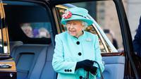 Ratu Elizabeth II setibanya di pusat perbelanjaan Lexicon saat berkunjung ke Bracknell, London, Jumat (19/10). Ratu Elizabeth menghabiskan sebagian waktu siangnya untuk mengunjungi department store. (HENRY NICHOLLS/ POOL/AFP)