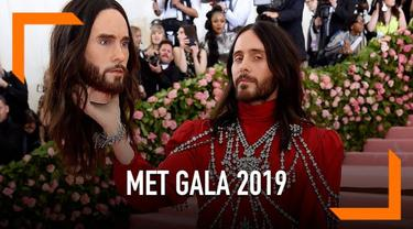 Jared Leto kembali membuat orang terkesan dengan penampilan uniknya di Met Gala 2019. Ia membawa replika kepalanya sendiri saat tiba di karpet merah Met Gala 2019.