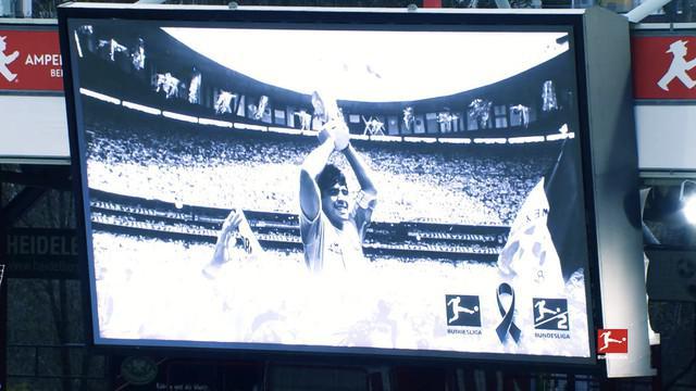 Berita video momen para pemain di Bundesliga memberi penghormatan dan mengenang sang legenda, Diego Maradona.