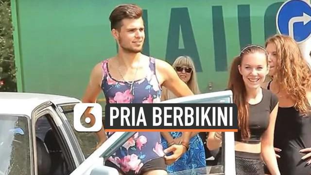 Sebuah pom bensin di Rusia menawarkan pengisian bahan bakar gratis untuk siapapun yang datang mengenakan bikini. Tak disangka, penawaran ini menarik banyak peminat hingga ke pengunjung pria. Mereka pun tak mau kalah dengan ikut mengenakan bikini saat...