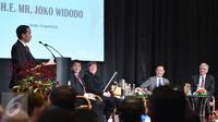 Presiden Joko Widodo memberikan sambutan saat forum bisnis di Ballroom Hotel Adlon Kempinski, Berlin, Jerman, Senin (18/4/2016). Forum ini mempertemukan investor dan pemerintah kedua negara untuk membicarakan investasi jangka panjang. (Biro Pers Presiden)