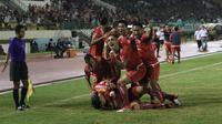 Para pemain Persija Jakarta merayakan gol Marko Simic ke gawang PSMS Medan pada leg pertama semifinal Piala Presiden 2018 di Stadion Manahan, Solo, Sabtu (10/22018). Persija menang 4-1. (Liputan6.com/Helmi Fithriansyah)