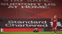 Pemain Liverpool Sadio Mane mencium lapangan saat ia merayakan gol pertama timnya selama pertandingan sepak bola Liga Premier Inggris antara Liverpool dan Arsenal di Anfield di Liverpool, Inggris, Senin, 28 September 2020. (Paul Ellis / Pool via AP)