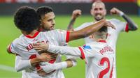Para pemain Sevilla merayakan gol yang dicetak oleh Jules Kounde ke gawang Barcelona pada laga leg pertama semifinal Copa del Rey di Estadio Ramon Sanchez Pizjuan, Kamis (11/2/2021). Barcelona tumbang dengan skor 2-0. (AP/Angel Fernandez)