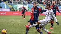 Striker AC Milan Fabio Borini (kanan) beraksi pada lanjutan Serie A melawan Genoa di Stadio Luigi Feraris, Senin (21/1/2019). (AFP/Miguel Medina)