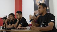 Mantan Pemain Timnas Indonesia, Firman Utina, memberikan keterangan saat jumpa pers di Jakarta, kamis (20/12). Para pemain tersebut membantah terlibat pengaturan skor di Piala AFF 2010. (Bola.com/M Iqbal Ichsan)