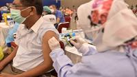 Masyarakat mengikuti tahapan pemberian vaksin di Sentra Vaksinasi COVID-19 Dana Pensiun Astra (DPA) yang diadakan di Indonesia Convention Exhibition (ICE) BSD, Tangerang Selatan. (Dok ASII)