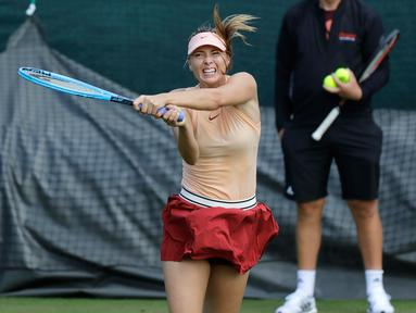 Petenis Rusia Maria Sharapova mengembalikan bola saat sesi latihan jelang bertanding di Kejuaraan Tenis Wimbledon 2019 di London, Inggris (30/6/2019). Sharapova akan bertanding pada putaran pertama melawan petenis Prancis, P. Parmentier. (AP Photo/Ben Curtis)