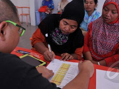 "Pedagang Kaki Lima Monas diundi untuk mendapatkan posisi kios dalam program Pemerintah Daerah dalam penataan PKL lewat program ""Lenggang Jakarta"", Kamis (9/4/2015). Seorang wanita tampak membubuhkan tandatangannya. (Liputan6.com/Johan Tallo)"