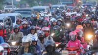 Suasana kemacetan di jalan Lamaran, Karawang, Sabtu (2/7). Kemacetan tersebut terjadi akibat pemisahan jalur antara roda dua dengan roda empat untuk mengantisipasi jalur mudik Pantura sampai bertemu di titik Simpang Jomin.