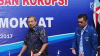 Ketua Umum Partai Demokrat Susilo Bambang Yudhoyono (kiri) bersama Hinca Panjaitan jelang melakukan pertemuan dengan Wakil Ketua KPK, Basaria Panjaitan di DPP Partai Demokrat, Jakarta, Rabu (13/9). (Liputan6.com/Helmi Fithriansyah)