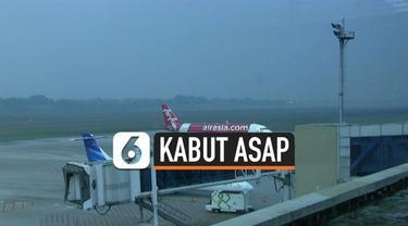 Kabut asap tebal yang masih menutupi langit Palembang membuat sejumlah penerbangan dari dan ke Palembang terganggu. Akibatnya ratusan penumpang harus menunggu berjam-jam.