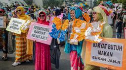 Sejumlah wanita yang tergabung dalam Emak-Emak Istana Cantik menggelar aksi saat car free day (CFD) di Bundaran HI, Jakarta, Minggu (4/8/2019). Dalam aksinya, mereka mengkritik kebijakan pemerintah soal ekonomi. (Liputan6.com/Faizal Fanani)