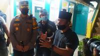 Kapolres Garut AKBP Wirdhanto Hadicaksono didampingi beberapa tokoh masyarakat Garut selepas menjenguk Muhammad Gibran Arrasyid (14) pendaki yang hilang misterius di Gunung Guntur, Ahad lalu. (Liputan6.com/Jayadi Supriadin)