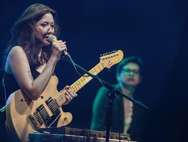 Penampilan musisi Danilla saat tampil dalam Synchronize Festival 2018 di kawasan Jiexpo, Jakarta, Jumat (5/10). Dalam penampilannya Danilla membawakan sejumlah lagu seperti Ada disana, berdistraksi, terpaut oleh waktu. (Liputan6.com/Faizal Fanani)