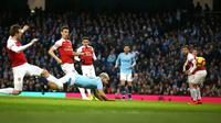 Striker Manchester City, Sergio Aguero menyundul bola saat mencetak gol ke gawang Arsenal pada Premier League di Stadion Etihad, Manchester, Inggris, Minggu (3/2). Manchester City menang 3-1 atas Arsenal. (AP Photo/Dave Thompson)
