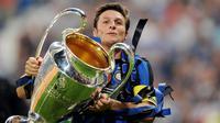 1. Javier Zanetti (Inter Milan) - Kapten Nerazzurri saat meraih Treble Winner musim 2009/10 itu layak mendapatkan penghargaan dari klub. Selain nomor empat dipensiunkan, ia juga diberi jabatan wakil presiden Inter Milan. (AFP/Christophe Simon)