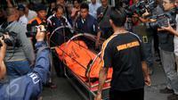 Jenazah salah satu korban kecelakaaan maut Kereta Commuter Line dan Metro Mini di perlintasan kereta Angke, Tambora, Jakarta, Minggu (6/12/2015). Data sementara korban meninggal bertambah menjadi 18 orang. (Liputan6.com/Gempur M Surya)