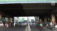 Kondisi lalu lintas di depan Gedung Pasar Tanah Abang, Jakarta, Jumat (22/6). Sebagian pedagang terpaksa menggelar lapak di luar gedung akibat belum dibukanya kembali Pasar Tanah Abang usai Lebaran. (Liputan6.com/Immanuel Antonius)