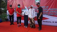 Wali Kota Solo, FX Hadi Rudyatmo memberikan bantuan ponsel pintar kepada siswa di SMP N 21 Solo, Jumat (16/10).(Liputan6.com/Fajar Abrori)