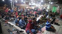 Suasana nonton bareng Timnas Indonesia versus Islandia di sebuah kedai di Surabaya. (Bola.com/Aditya Wany)