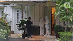 Gubernur DKI Jakarta Anies Baswedan berbincang dengan tim medis di rumah dinas Jalan Suropati, Menteng, Jakarta Pusat, Kamis (3/12/2020). Anies Baswedan melakukan isolasi mandiri di rumah dinas gubernur karena positif Covid-19 selama 14 hari ke depan. (Liputan6.com/Herman Zakharia)