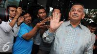 Dirut PT PLN, Sofyan Basir menyapa wartawan usai mendatangi KPK, Jakarta, Senin (30/5/2016). Kedatangan Sofyan meminta pengawasan KPK terkait proyek listrik 35.000 MW. (Liputan6.com/Helmi Afandi)
