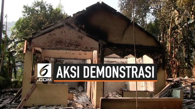 Petugas PPSU mulai membersihkan pos polisi yang di rusak dan dibakar oleh massa saat demo dua hari lalu.