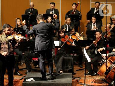 Pebiola muda Giovani Biga saat konser klasik Love, God, and My Home dipersembahkan Jakarta Concert Orchestra (JCO) tampil di Usmar Ismail Hall, Jakarta, Miggu (6/10/2019). Orkestra dengan konduktor Avip Priatna membawakan repertoar lintas zaman dan lintas gaya. (Liputan6.com/Fery Pradolo)