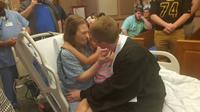 penuhi keinginan terakhir ibu, remaja ini gelar kelulusan di rumah sakit (elitereaders/Facebook Julie Northcott)