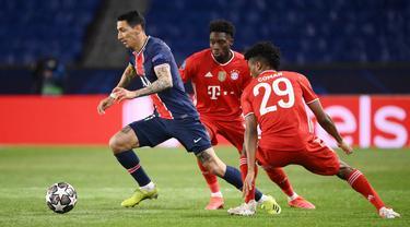 Penyerang Paris Saint-Germain (PSG), Angel Di Maria, berusaha melewati pemain Bayern Munchen pada laga Liga Champions di Stadion  Parc des Princes, Rabu (14/4/2021). PSG takluk dengan skor 0-1. (AFP/Frank Fife)