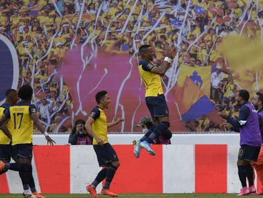 Pemain Ekuador Michael Estrada (tengah) merayakan bersama rekan satu timnya usai mencetak gol ke gawang Uruguay pada pertandingan kualifikasi Piala Dunia 2022 di Stadion Casa Blanca, Quito, Ekuador, Selasa (13/10/2020). Pertandingan dimenangkan Ekuador dengan skor 4-2. (Rodrigo Buendia/Pool via AP)