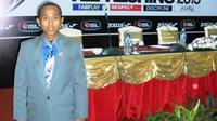 Alfroki Martha, asisten wasit nasional dari Padang (Bola.com/Arya Sikumbang)
