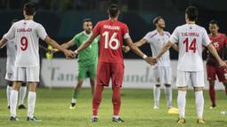 Pemain Indonesia dan Palestina berpegangan tangan pada laga Asian Games di Stadion Patriot, Jawa Barat, Rabu (15/8/2018). Indonesia takluk 1-2 dari Palestina. (Bola.com/Vitalis Yogi Trisna)