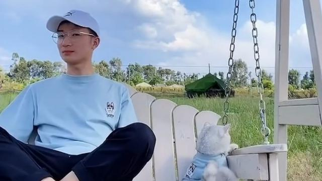 Gemas, Pria Ini Ajak Kucing yang Dianggap Pasangan Traveling Keliling Dunia