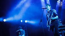 """Grup band Franz Ferdinand beraksi pada konsernya di Tennis Outdoor, Senayan, Jakarta, Jumat (30/11). Konser band asal Skotlandia tersebut bertajuk """"Franz Ferdinand and The Local Heroes"""". (Liputan6.com/Faizal Fanani)"""