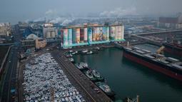 Sebuah silo gandum disulap menjadi karya seni mural luar ruangan raksasa di kota pelabuhan Incheon, Seoul, Korea Selatan, Rabu (19/12). Pengerjaan proyek mural itu dimulai Januari 2018 dan menghabiskan 865.400 liter cat dalam pembuatannya. (Ed JONES/AFP)